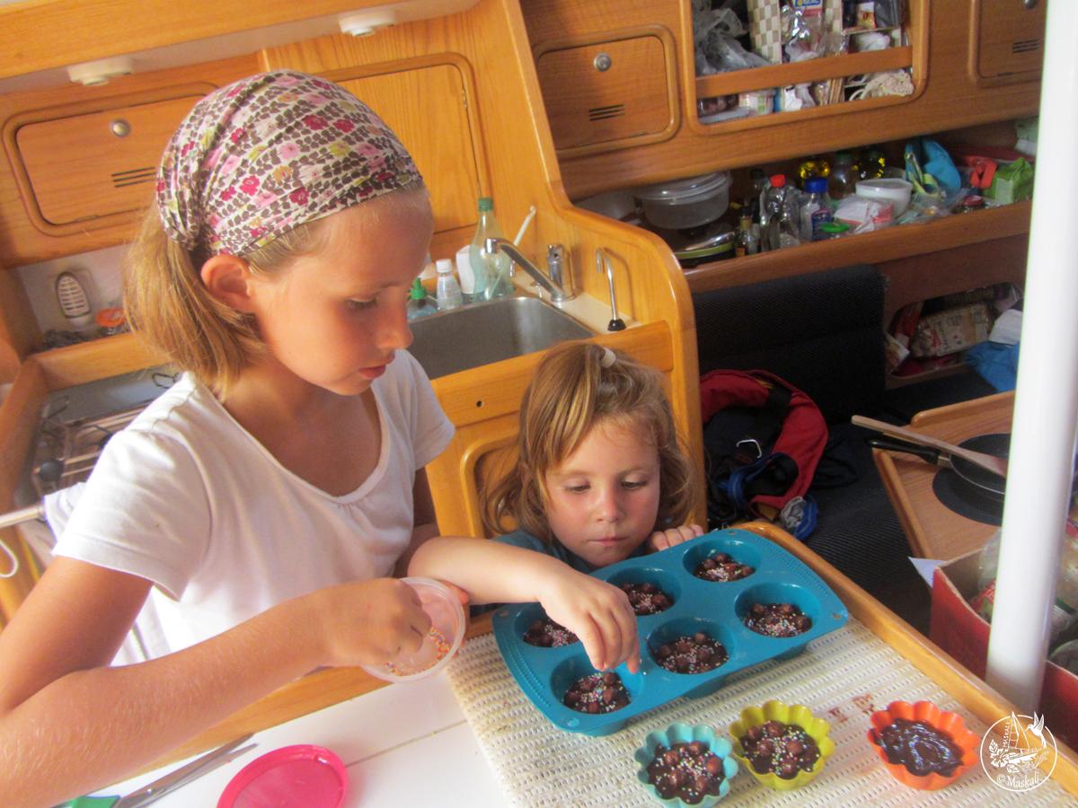 Préparation de bouchées au chocolat blanc et noir