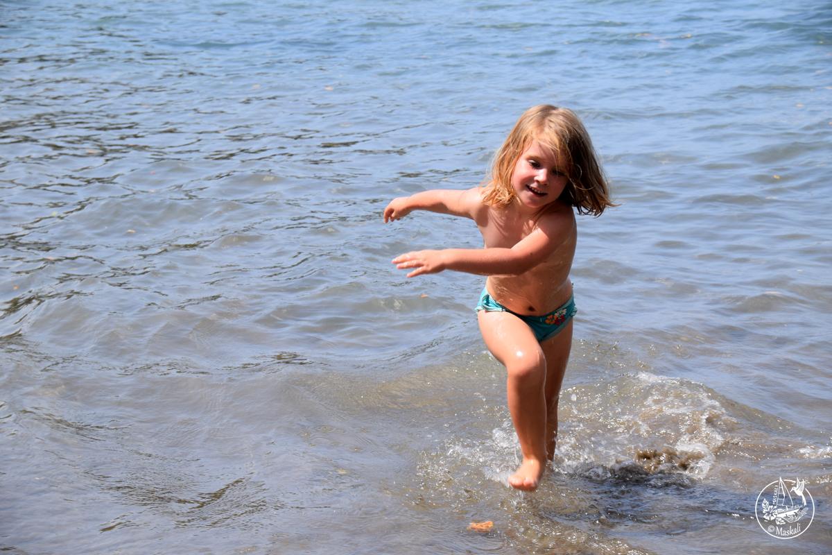 Maëlle se rafraîchit sur la plage.