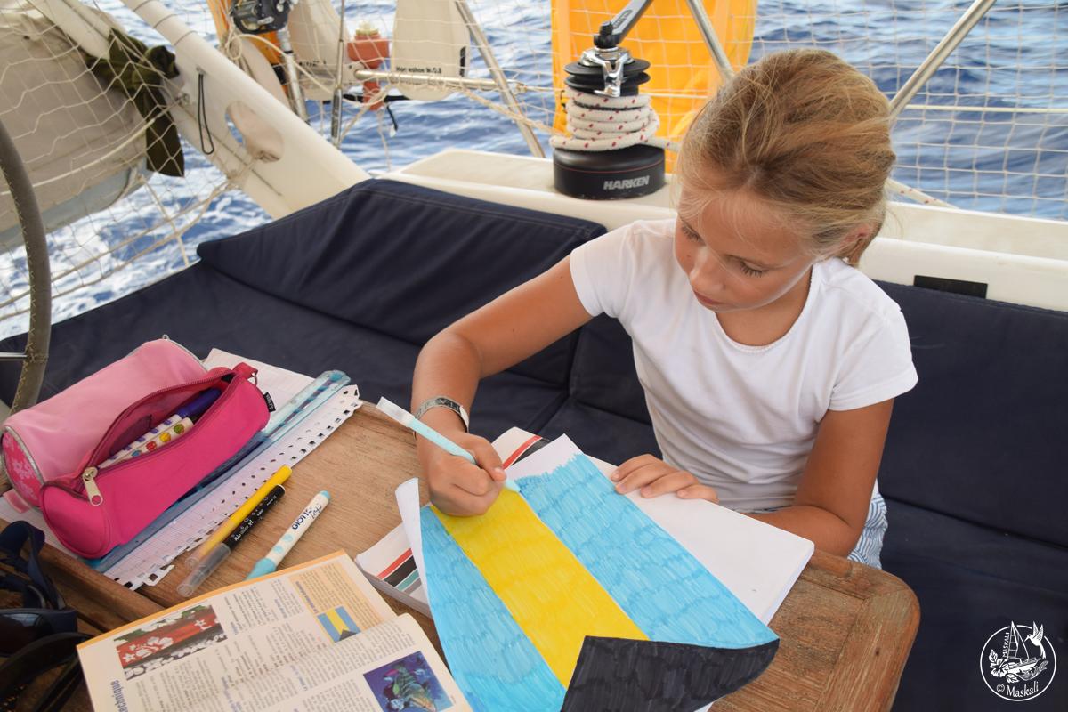 Il nous manquait le drapeau des Bahamas, alors Eléa le dessine aux feutres !