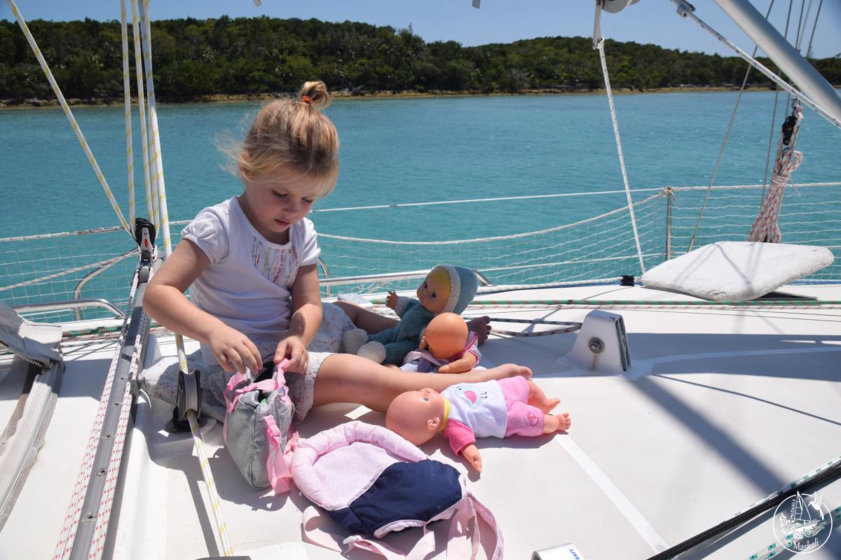 Maëlle et ses poupées.